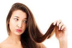 Kvinnan är inte lycklig med hennes bräckliga hår Royaltyfria Foton