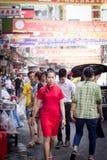 Kvinnan är kläder de röda cheongsamsna Royaltyfri Fotografi