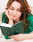 Kvinnan är läs- en boka Royaltyfri Foto
