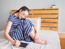 Kvinnan är läseboken i sovrummet Royaltyfria Foton