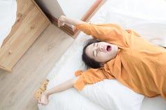 kvinnan är lyckligt ligga på säng royaltyfri bild