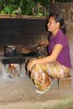 Kvinnan är stekheta kaffebönor av civetterna, Bali Arkivbilder
