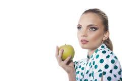 Kvinnan äter det gröna äpplet Royaltyfri Foto
