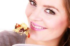 Kvinnan äter havremjölet med torra frukter banta royaltyfria bilder