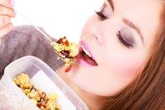 Kvinnan äter havremjölet med torra frukter banta royaltyfria foton