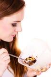 Kvinnan äter havremjölet med torra frukter banta arkivfoton