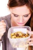 Kvinnan äter havremjölet med torra frukter banta arkivbilder