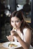 Kvinnan äter spagetti royaltyfri bild