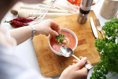 Kvinnan äter tomatsoppa Ett smakligt och ett sunt bantar arkivbild