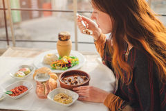 Kvinnan äter turkisk mat från köttbulle- och krukmakerikebab Royaltyfri Foto