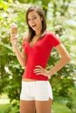 Kvinnan äter utomhus- söt glass parkerar in royaltyfri fotografi