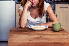 Kvinnan önskar inte att äta hennes sädesslag Royaltyfria Bilder