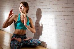 Kvinnan öva yoga i sportswear arkivbild
