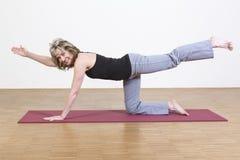 Kvinnan övar yoga Arkivfoto