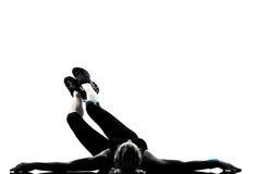 Kvinnan abdominals för genomkörarekondition somställing skjuter, ups Arkivfoton