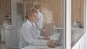 Kvinnan använder den skrivbords- datoren i regeringsställning stock video