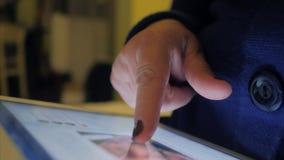 Kvinnan använder hennes minnestavla för att surfa internet arkivfilmer