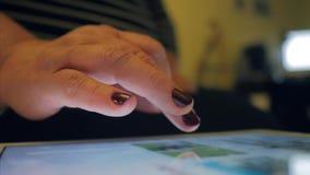 Kvinnan använder hennes minnestavla för att surfa internet stock video