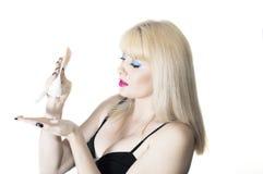Kvinnan använder skönhetsmedelkräm Arkivfoton