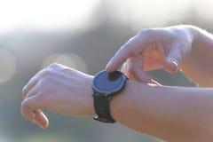 Kvinnan använder smartwatchen royaltyfria bilder