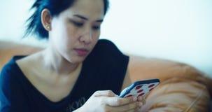 Kvinnan anv?nder telefonen f?r att f? informationen