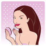 Kvinnan applicerar läppstift Arkivfoto