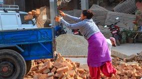 Kvinnan arbetar arbetaren royaltyfri bild