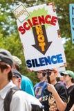 Kvinnan bär undertecknar in den Atlanta för jorddagen mars för vetenskap Royaltyfri Foto