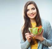 Kvinnan bantar begreppsståenden. Grön sallad för kvinnlig modellhåll. royaltyfri foto
