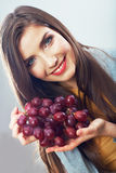 Kvinnan bantar begreppsståenden med druvafrukt Royaltyfri Foto