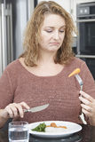 Kvinnan bantar på Fed Up With Eating Healthy mål Royaltyfria Foton