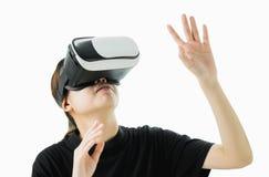 Kvinnan bar en virtuell verklighethörlurar med mikrofon, som simulerar, verkligheten och såg upp fotografering för bildbyråer
