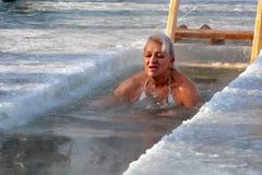 Kvinnan begår det rituella badet för Epiphany ledare Royaltyfria Bilder