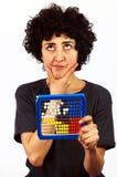 Kvinnan beräknar med kulrammet Arkivbild