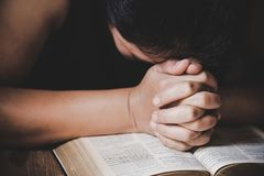 Kvinnan ber f?r gud som v?lsignelsen till att ?nska har ett b?ttre liv kvinnahänder som ber till guden med royaltyfria foton