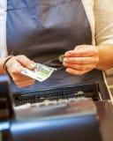 Kvinnan betalar kontant med eurosedlar Arkivfoto