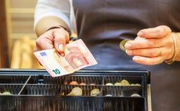 Kvinnan betalar kontant med eurosedlar Royaltyfria Foton