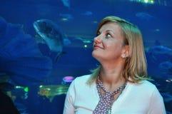 Kvinnan beundrar den undervattens- världen Arkivfoto