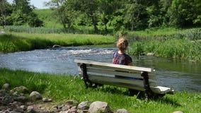 Kvinnan beundrar naturen stock video