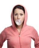 Kvinnan blåser ut rosa bubbelgum Fotografering för Bildbyråer