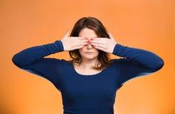 Kvinnan bokslutet som täcker ögon med händer, kan inte se och att dölja Se inget ont begrepp Arkivbild