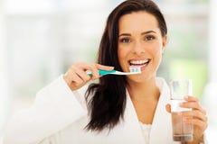 Kvinnan borstar tänder Royaltyfri Bild