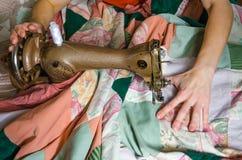Kvinnan broderar på symaskinen Arkivfoton