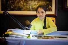 Kvinnan broderar, Vietnam Royaltyfri Bild