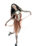 Kvinnan danar den sleeveless klänningen för den bruna silk sommaren Arkivbilder