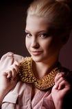 Kvinnan danar in kläder Arkivbild