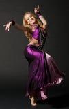 Kvinnan dansar den orientaliska dansen Royaltyfri Foto