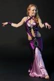 Kvinnan dansar den orientaliska dansen Royaltyfria Foton