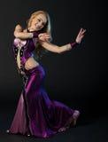 Kvinnan dansar den orientaliska dansen Royaltyfri Fotografi