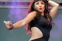 Kvinnan dansar magdansen på den Primavera popfestivalen arkivbild